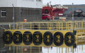A floating platform protected against impacts by the rubber tyres.