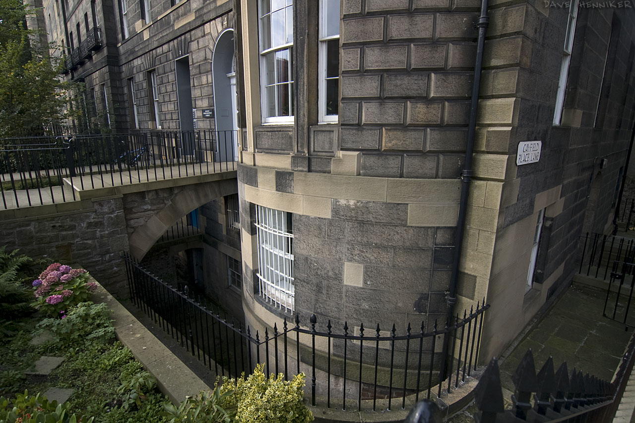 It's suprising how many basements and sub-basements Edinburgh tenements have. This attractive building was renovated (new stonework is lighter in colour) and looks splendid overlooking Leith Walk.