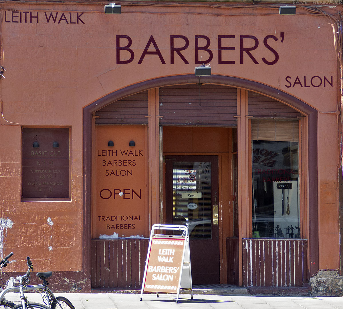 Assuming that the salon belongs to more than one barber then the apostrophe isn't misplaced.