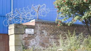 Razor wire doesn't make a very good quilt, any more than broken glass would make a nice duvet. This sign is very misleading.