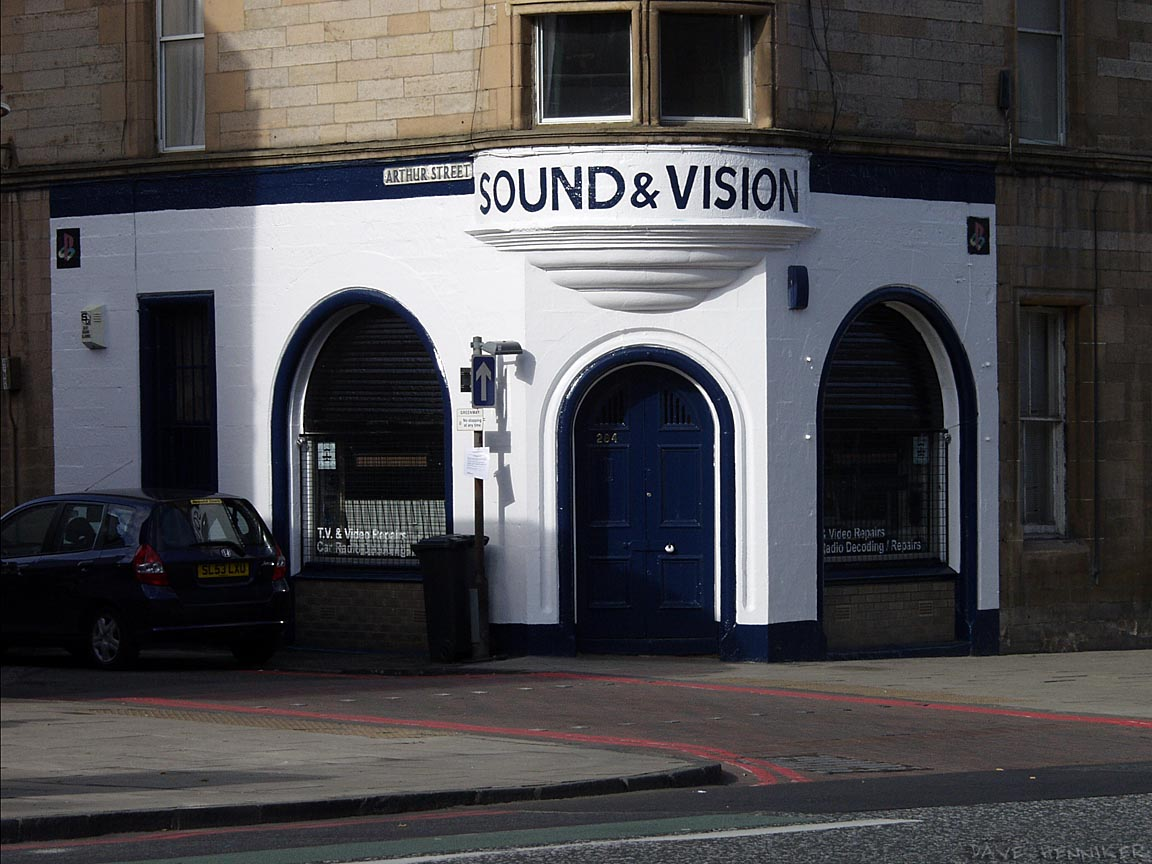 A nice paint job enhances the curves of the stonework at this Leith Walk corner. Confusingly, Leith Walk includes Union Place, Greenside Place, Antigua Street, Baxter's Place, Gayfield Place, Elm Row, Haddington Place, Croall Place, Brunswick Place, Shrub Place, Albert Place, Crighton Place, Middlefield and maybe others.