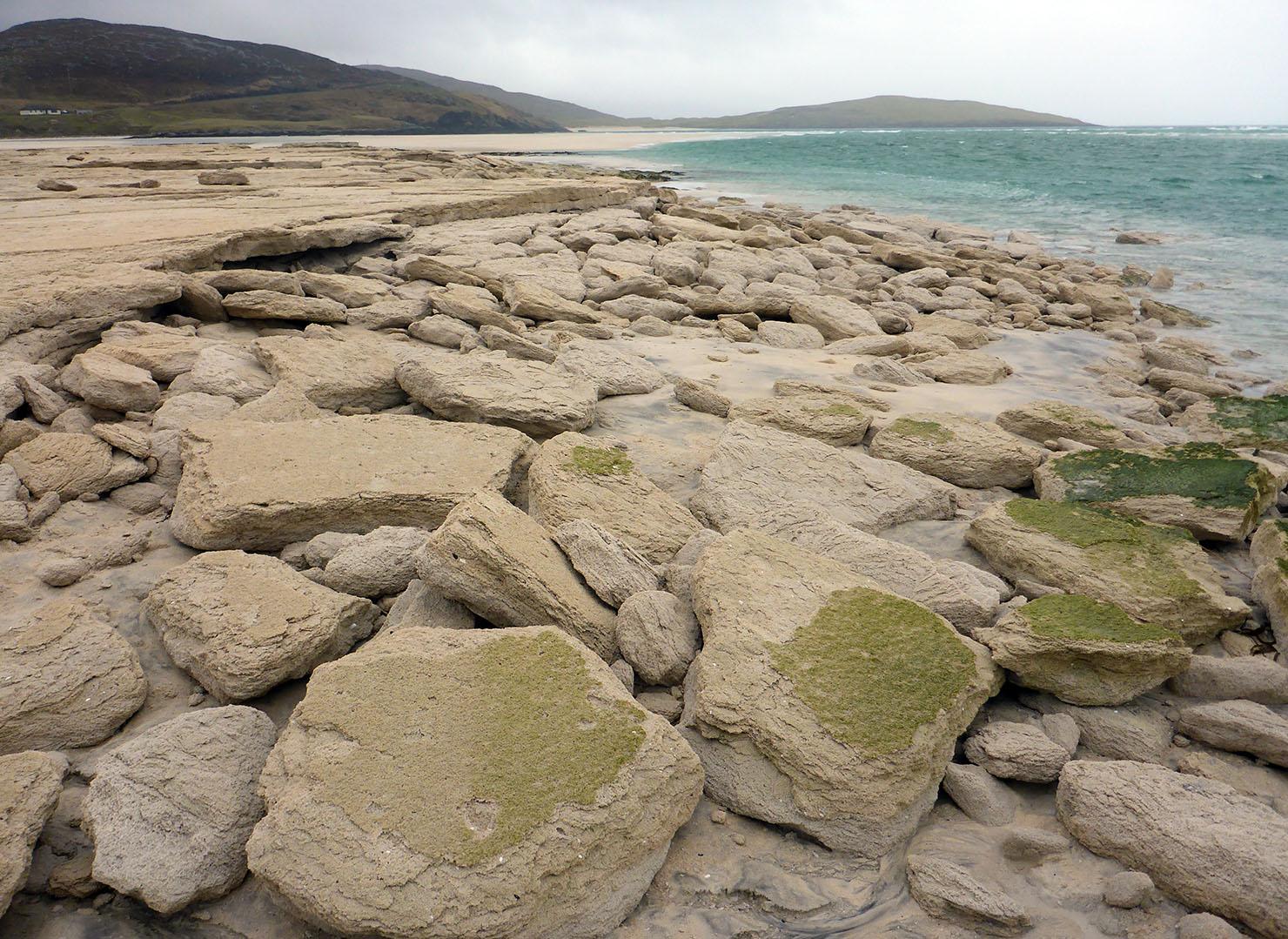 98 Seilebost sand boulders with algae